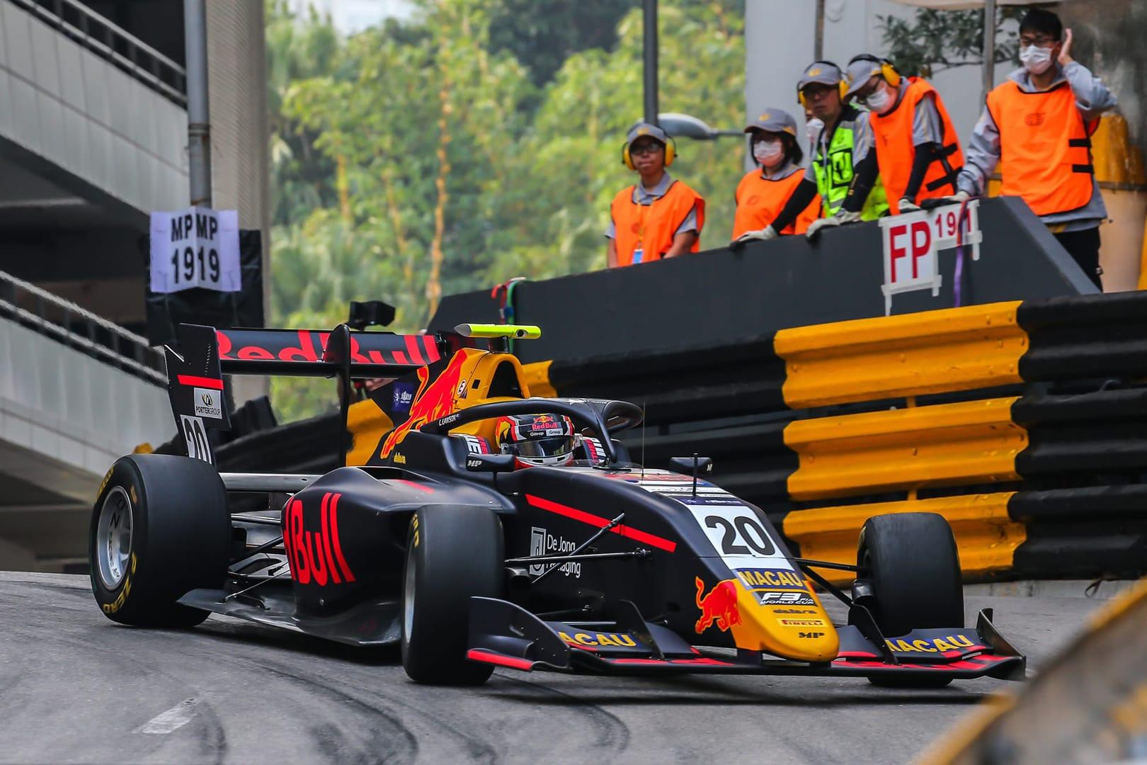 Lawsonstorms through the field at Macau GP